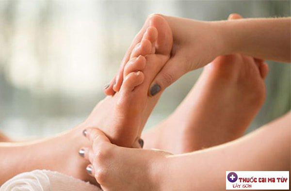 Massage cơ thể người bệnh nhẹ nhàng để lưu thông máu