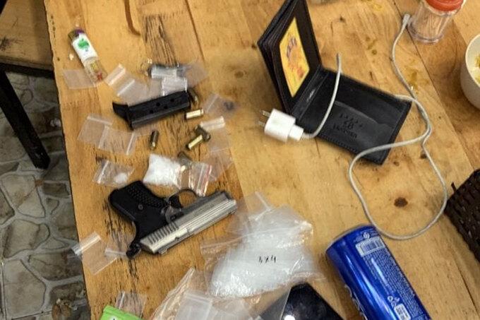 Bắt kẻ trốn truy nã mang theo súng và ma túy đá - Súng bắn đạn cao su Luân mang theo khi bị bắt